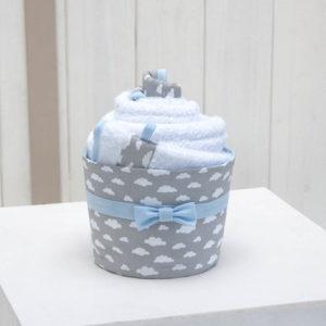 la cape de bain et le gant dans un panier présentation en forme de cupcake