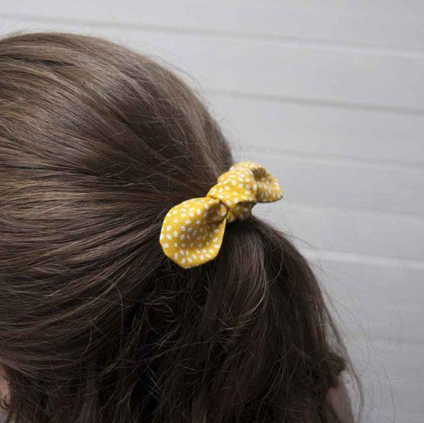 nœud élastique cheveux porté vue profil
